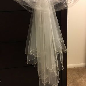 *FINAL PRICE* NWT ivory fingertip length veiL